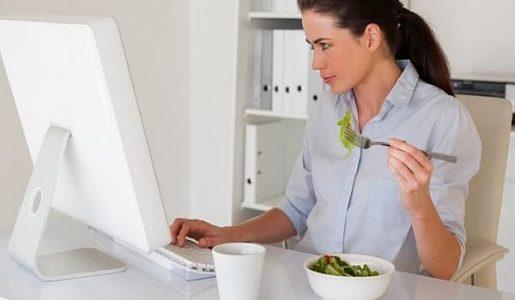 Ако работите седнали пред компютър, яжте тези